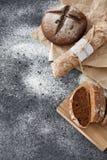 烹调家制面包,黑圆的面包和长方形宝石说谎  库存图片