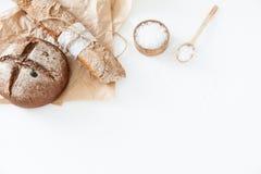 烹调家制面包,黑圆的面包和长方形宝石说谎  库存照片