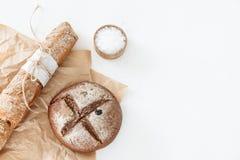 烹调家制面包,黑圆的面包和长方形宝石说谎  免版税库存照片