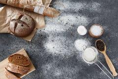 烹调家制面包,黑圆的面包和长方形宝石说谎  免版税库存图片