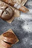 烹调家制面包,黑圆的面包和长方形宝石说谎  免版税图库摄影