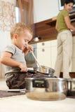 烹调小的使用的罐的男孩 免版税库存照片