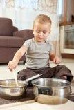 烹调小的使用的罐的男孩 免版税库存图片