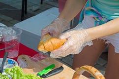 烹调巨大的鲜美新月形面包三明治 免版税库存照片