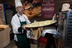 烹调平的面包的厨师在Golosaria 2013年在米兰,意大利 免版税库存图片