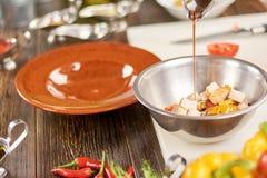 烹调开胃沙拉的过程 库存图片