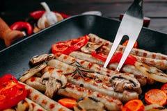 烹调开胃烤香肠和菜的过程  库存图片