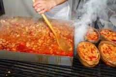 烹调很大数量的食物 免版税图库摄影