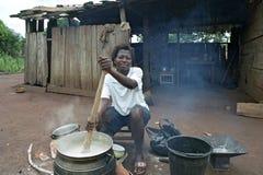 烹调得外面加纳的妇女的画象  图库摄影
