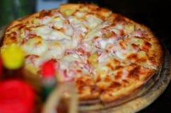 烹调意大利语的食品成分 可口薄饼和服务在木盛肉盘与,接近的看法 库存照片
