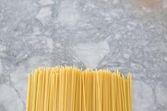 烹调意大利语的食品成分 在轻的背景的意粉面团 图库摄影