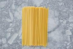 烹调意大利语的食品成分 在轻的背景的意粉面团 免版税库存图片
