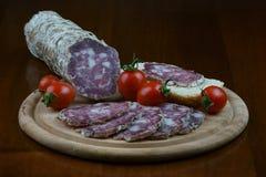 烹调意大利语的食品成分 工匠蒜味咸腊肠 免版税库存照片