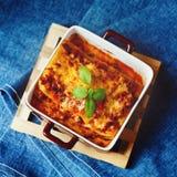 烹调意大利语的食品成分 烤宽面条板材 免版税图库摄影