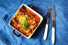 烹调意大利语的食品成分 烤宽面条板材 库存照片