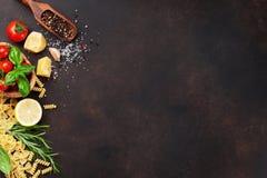 烹调意大利语的食品成分 背景樱桃成份查出意大利面食意粉蕃茄白色 库存照片