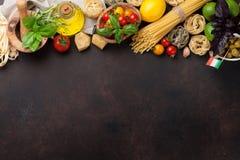 烹调意大利语的食品成分 背景樱桃成份查出意大利面食意粉蕃茄白色 库存图片