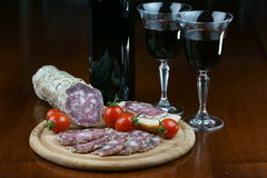 烹调意大利语的食品成分 蒜味咸腊肠和酒 图库摄影