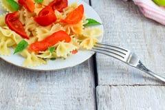 烹调意大利语的食品成分 面团fusilli用西红柿酱、胡椒和蓬蒿在木背景 免版税库存图片