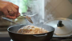 烹调意大利面团的过程 股票视频