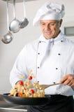 烹调意大利面食的主厨 免版税库存图片