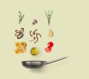 烹调意大利食物的成份,海鲜面团,被隔绝 图库摄影