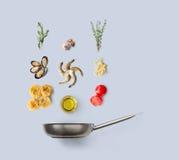烹调意大利食物的成份,海鲜面团,被隔绝 免版税库存照片
