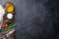 烹调成份和器物在石桌上 免版税库存照片
