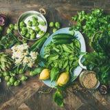 烹调成份,木背景,方形的庄稼的春天健康素食主义者食物 免版税库存照片