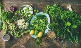 烹调成份,木背景,顶视图的春天健康素食主义者食物 免版税图库摄影