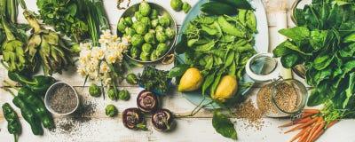 烹调成份,顶视图的春天健康素食主义者食物 免版税库存照片