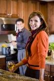 烹调成熟夫妇在家的厨房 免版税库存图片