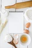烹调成份和厨房工具在桌上 免版税库存照片