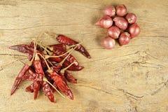 烹调成份的泰国食物 干辣椒和青葱在woode 库存图片