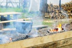 烹调户外在火的水壶 免版税库存图片