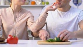 烹调新鲜的沙拉的女朋友哺养的男朋友在夫妇的浪漫关系 股票视频