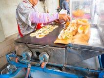 烹调新鲜的泰国街道食物,酥脆薄煎饼 曼谷,泰国 免版税库存照片