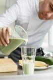 烹调新鲜蔬菜圆滑的人的男性 库存图片