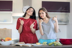 烹调新鲜水果厨房现代准备好的表对蔬菜 免版税库存图片
