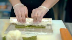 烹调日本卷的关闭,使用席子,用黄瓜和姜 股票录像