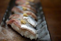 烹调日本和平的sanma长凳竹刀鱼寿司 免版税库存图片