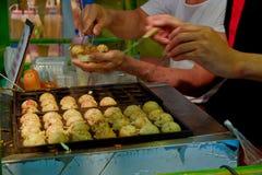 烹调日本takoyaki的主厨 免版税库存图片