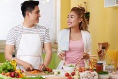 烹调晚餐的快乐的夫妇 免版税库存图片