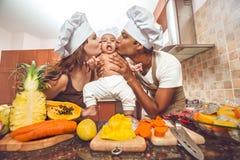 烹调晚餐的混合的族种家庭 库存图片