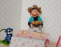 烹调曲奇饼的木偶老婆婆 库存图片