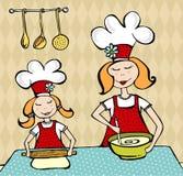 烹调有女儿的乐趣母亲 免版税库存照片