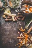 烹调有机五颜六色的农厂根菜类的准备:洋姜,红萝卜,芹菜,在土气厨房用桌上的欧洲防风草 库存图片