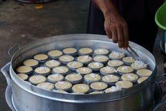 烹调棕榈汁蛋糕的厨师 免版税库存照片