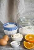 -烹调橙色蛋糕的未加工的成份-面粉,鸡蛋,黄油,糖,桔子 烘烤成份 免版税库存照片