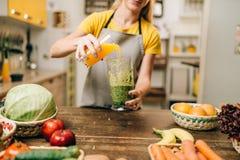 烹调水果和蔬菜的鸡尾酒妇女 免版税库存照片